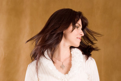 Haarglättung ist ein Mittel gegen Locken und Wellen.