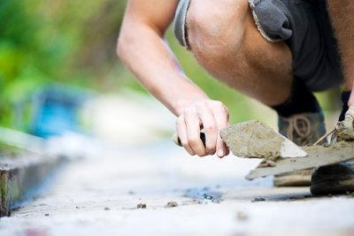Verfugen Sie den Steinbelag Ihres Gartenwegs.