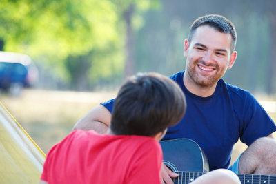 Die Gitarre ist der perfekte Campingbegleiter.