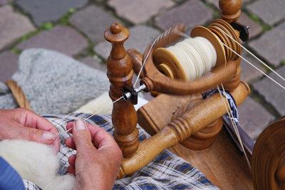 So können Sie Baumwolle spinnen.