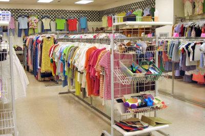 Ein Secondhandshop bietet eine große Auswahl gebrauchter Kleidung.