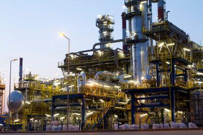 In Raffinerien wird Erdöl destilliert.