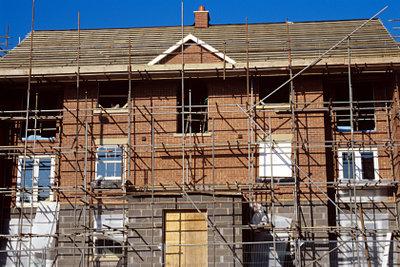 Dacheindeckung muss fachgerecht erfolgen - sonst drohen schnell Folgeschäden.