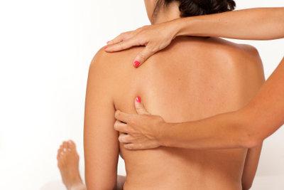 Die Therapieform Massage mit Tapes zur Schmerzlinderung unterstützen.
