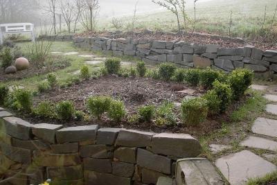 Werten Sie Ihren Gartenweg durch Natursteinplatten optisch auf.