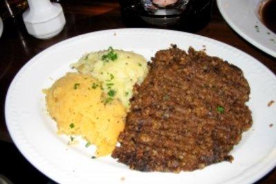 Bifteki kann man mit und ohne Schafskäse zubereiten.