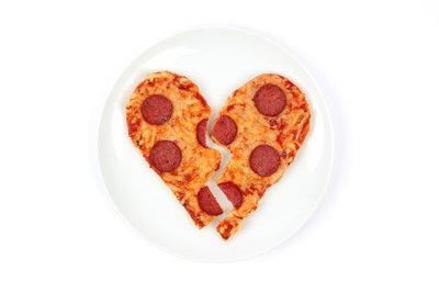 Backen Sie zum Valentinstag zum Beispiel ein Pizzaherz.