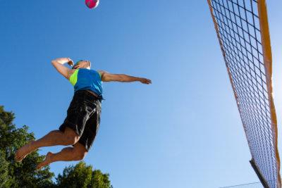 Beim Volleyball kann die Schulter stark beansprucht werden.