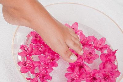 Ein Fußbad ist Wellnes für die Füße.
