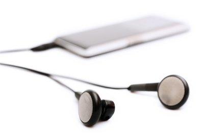 Mithilfe eines FM-Transmitters können Sie über Ihr Radio mit dem Handy Musik hören.
