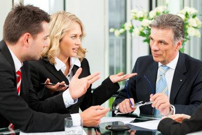 Bürokauffrauen können sich auch bei Anwälten bewerben.