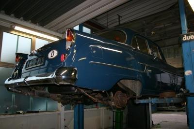 Eine Hebebühne gibt es in jeder Autowerkstatt.