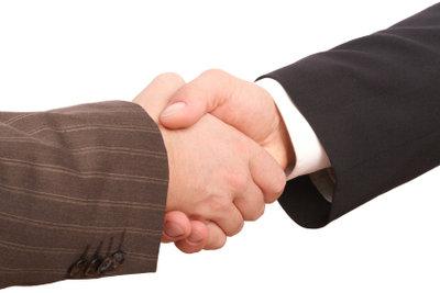 Handschlag unter Freunden ist gut - doch ein Kreditvertrag die bessere Lösung.