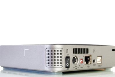 SATA-Festplatten lassen sich auch ohne Gehäuse per Adapter anschließen.