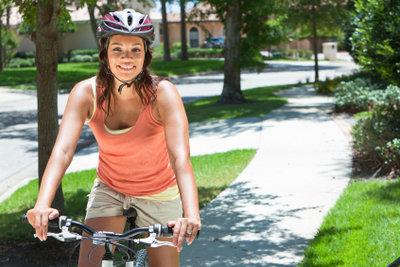 Tragen Sie beim Fahrradfahren einen Helm.