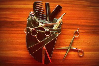 Ein Friseur benötigt mehrere Scheren.
