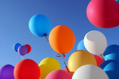 Die geringe Dichte lässt Heliumballone in der Luft aufsteigen.