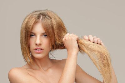 Trockenes Haar mit Öl pflegen.