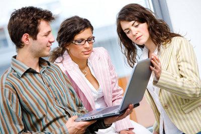 Bei der Zeitarbeit verleihen Firmen ihre Arbeitnehmer an andere Firmen.