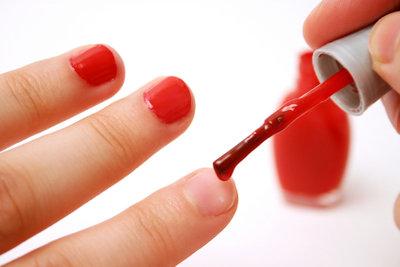Nagellack macht kleine Schäden unsichtbar.