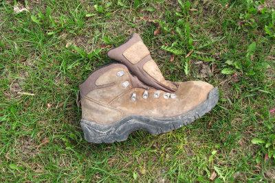 Auch wenn sich die Sohle löst, müssen Schuhe nicht weggeworfen werden.