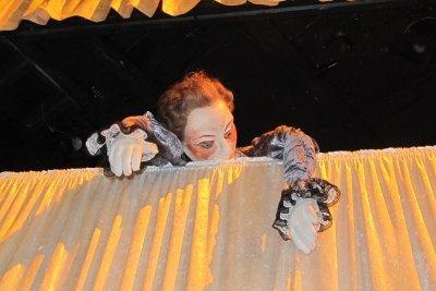 Den Szenenaufbau eines Puppentheaters einfach gestalten