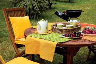 Gartenmöbel aus Holz sollten gezielt gepflegt werden.