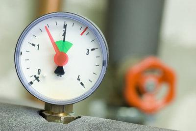 Beim Hauswasserwerk müssen Sie regelmäßig den Druck kontrollieren und einstellen.