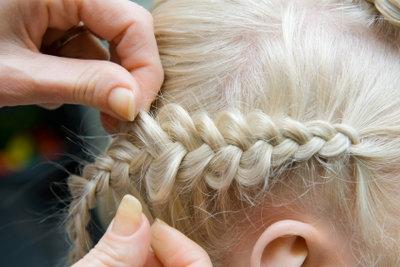 Damit die Haare im Alltag nicht stören, können Sie sie einfach einflechten.
