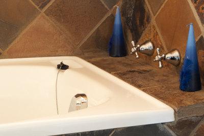 Zur Reparatur von Badewannen eignen sich entsprechende Reparatursets.