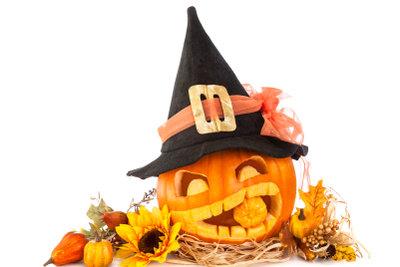Kürbis und Hexenhut gehören zu Halloween.