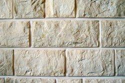 Eine Mauer aus Naturstein können Sie leicht selbst errichten.
