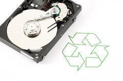Festplatten benötigen ein Dateisystem, aber keine Treiber.