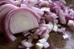 Mit Zwiebeln können Sie eine leckere Soße für Ihren Hackbraten kochen.