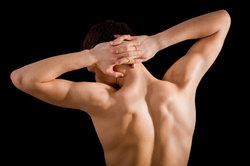 Vermeiden Sie einen Muskelkater am Hals durch Dehnübungen nach dem Sport.