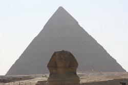Pyramide mit Sphinx im Vordergrund