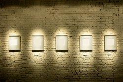 Galeristen präsentieren Werke bildender Künstler.