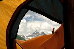 Mit der richtigen Vorgehensweise gelingt die Reparatur Ihrer Zeltplane ganz einfach.