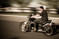 Sie können auf dem Übungsplatz Motorradfahren lernen.