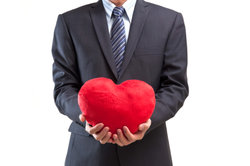 Ein Herz aus Pappmaschee können Sie ganz einfach basteln.