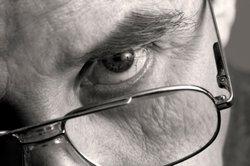 Buschige Augenbrauen können im Gesicht stark dominieren.