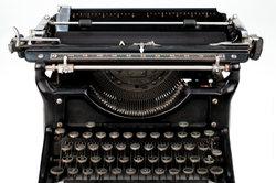 Eine mechanische Schreibmaschine strahlt historischen Charme aus.