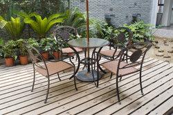 Bangkirai-Terrassen sollten Sie regelmäßig einölen.