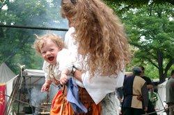 Schöne Babykleidung im Mittelalterstil.