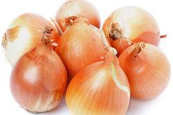 Zwiebeln sind ein altes Hausmittel gegen Ohrenschmerzen.