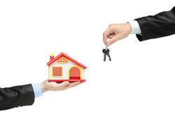Erfolg für den Makler zeigt sich bei Schlüsselübergabe und Provisionszahlung.