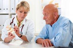Bei zu starken Rückenschmerzen sollten Sie einen Arzt aufsuchen.