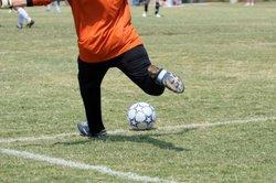 Beim Sport ist die Verletzungsgefahr groß.