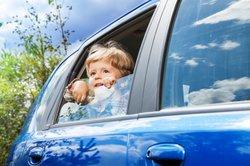 Nicht immer vertragen Kinder eine Fahrt im Auto.