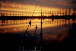 Im Dunkeln können Sie mit Knicklichtern angeln.